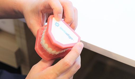 マウスピース型カスタムメイド矯正歯科装置 (製品名インビザライン)を用いた矯正治療